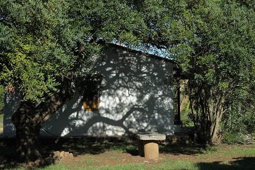 casa rural escondida entre árboles
