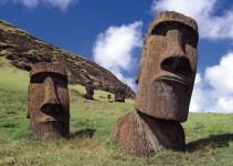 dos moáis, estatuas de cabezas