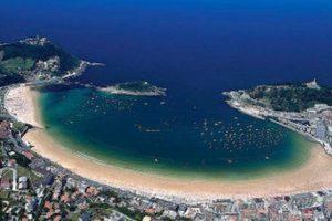 playa en forma de concha desde el cielo
