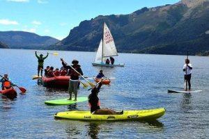 varias personas practicando deportes en el agua